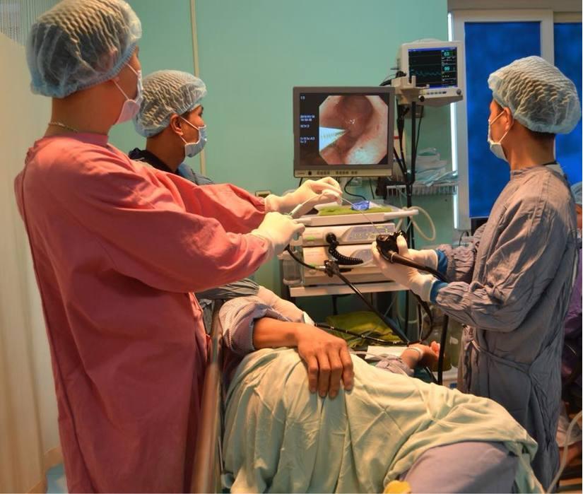 Hóc xương gà nhưng chủ quan không đi viện, người phụ nữ nhiễm trùng thực quản