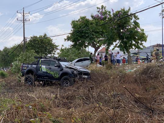 2 ô tô tông nhau cực mạnh, lao lên lề đường đâm chết người bán dưa hấu