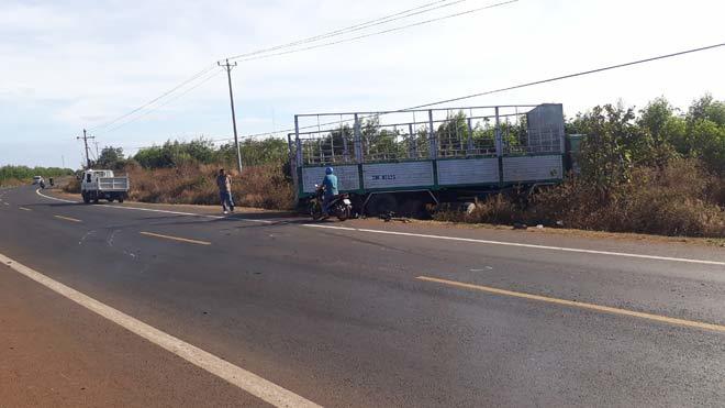 Xe tải gãy trục lao vào lề đường tông chết 3 chị em gái