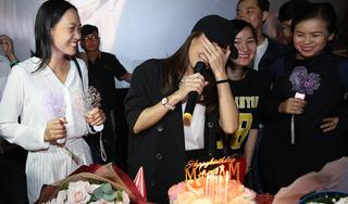 Mỹ Tâm bật khóc khi fan mừng sinh nhật, tặng quà 'độc' trong rạp phim