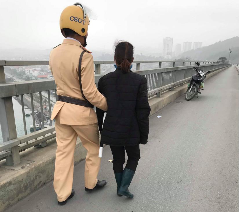 CSGT Quảng Ninh kịp thời ngăn cản người phụ nữ định nhảy cầu tự tử