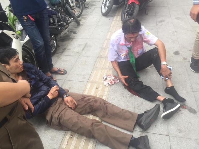 Taxi Mai Linh tông vào gốc cây, tài xế và khách nhập viện