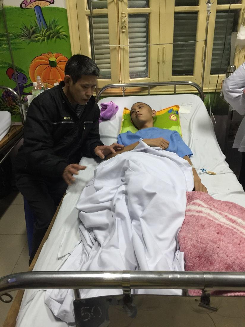 Mẹ già bất lực nhìn hai con nằm bất động trên giường bệnh.