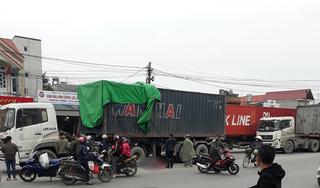 Clip: Đôi nam nữ điều khiển xe máy ngã ra đường, bị xe container cán tử vong