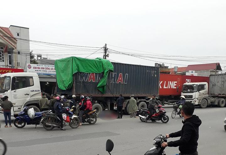 Hiện trường va chạm với xe container, đôi nam nữ tử vong thương tâm
