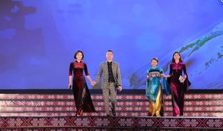 NTK dân tộc thiểu số Thảo Giang trình diễn BST áo dài tại Lễ hội văn hoá thổ cẩm Việt Nam