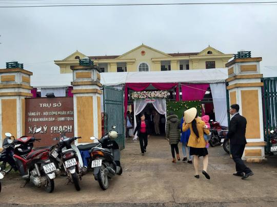Tổ chức đám cưới tại trụ sở UBND xã: Lời trần tình của người mẹ