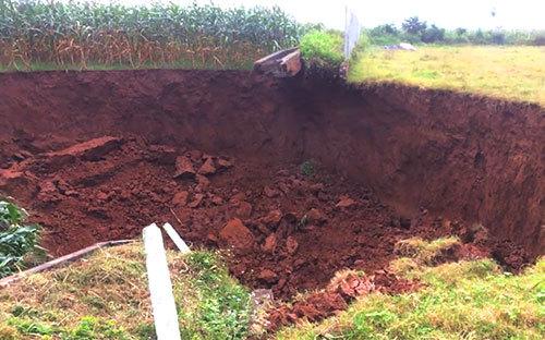 Hà Nội: Hai hố tử thần xuất hiện giữa cánh đồng