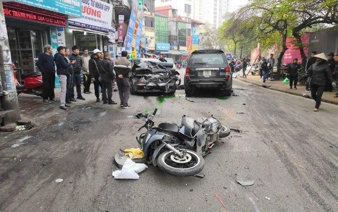 Ô tô gây tai nạn liên hoàn trên phố Ngọc Khánh, cụ bà tử vong