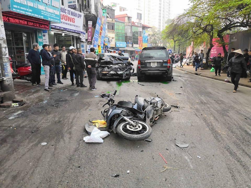 Chiều 19/1, trên phố Ngọc Khánh đã xảy ra một vụ ô tô đâm vào nhiều phương tiện khác, khiến cụ bà bán hàng rong tử vong tại chỗ.