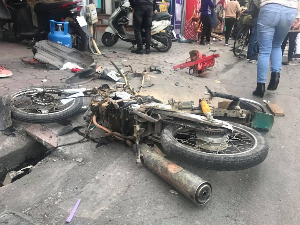 Theo ghi nhận tại hiện trường, có ít nhất 2 xe máy bị hư hỏng năm giữa đường và 1 cụ bà bán hàng rong tử vong tại chỗ.