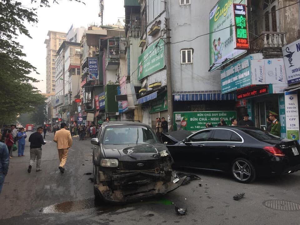 Chiếc xe gây tai nạn chỉ dừng lại khi va chạm với chiếc xe Mercedes C300 đi ngược chiều.Chiếc xe gây tai nạn và chiếc xe Mercedes C300 cũng bị hư hỏng nặng phần đầu.
