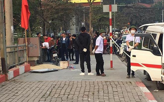 Thi thể người đàn ông bên đường trên cầu Đen Hà Nội