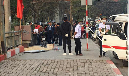 Hà Nội: Bàng hoàng phát hiện thi thể người đàn ông bên đường