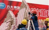 Các công ty Trung Quốc chơi trội, thi nhau xếp núi tiền thưởng Tết
