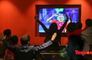 Cổ động viên vỡ òa khi Việt Nam chiến thắng, lọt Tứ kết Asian Cup