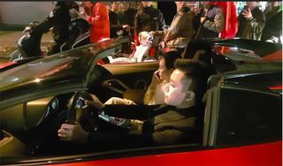 Vợ chồng Tuấn Hưng gây chú ý khi lái Lamborghini 25 tỉ 'đi bão' mừng Việt Nam chiến thắng