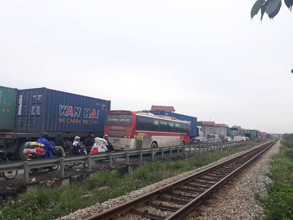 Vụ tai nạn trên khiến giao thông bị tắc nghẽn
