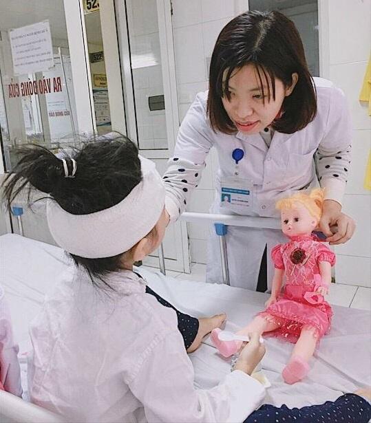 Bé gái 6 tuổi bị chó cắn vào mặt ở Nam Định phải phẫu thuật