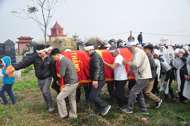 linh cữu ông Trần Văn Đường được đưa tới nghĩa trang thôn Lương Xá Nam trong tiếng kêu khóc ai oán của vợ, con, người thân.