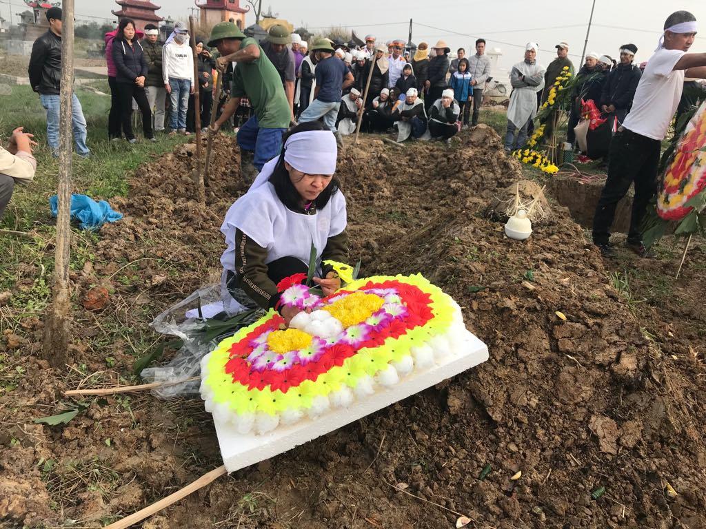 Người thân của các nạn nhân nán lại mộ