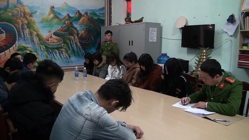 13 nam thanh nữ tú đang 'phê' ma túy trong quán karaoke bị Công an bắt giữ. Ảnh CA Hưng Yên