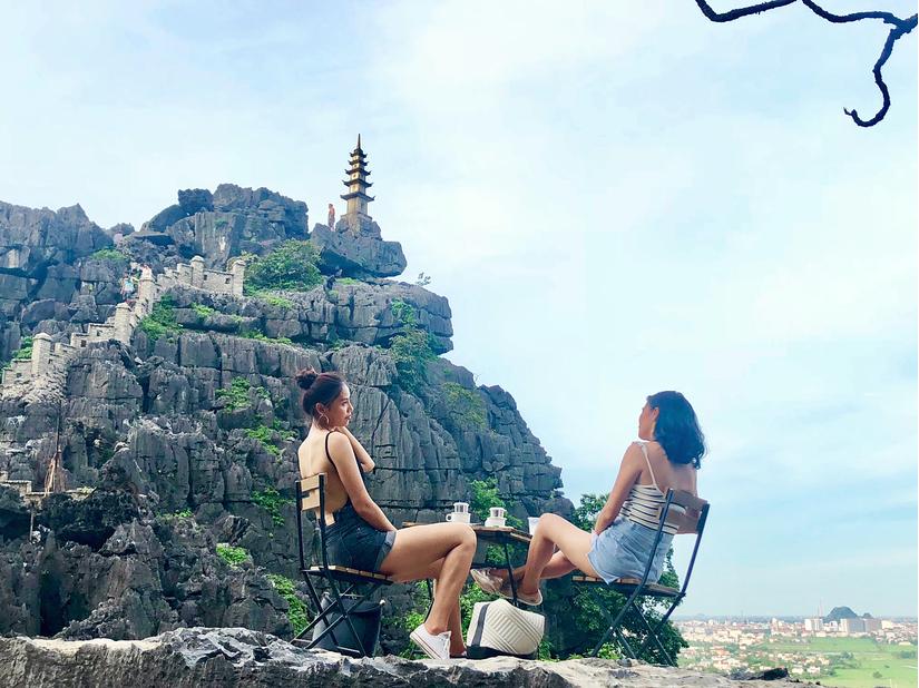 Nguyễn Thị Loan, Jolie Nguyễn khoe ảnh sống ảo tại Hang Múa - Ninh Bình