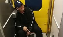 Ngôi sao võ thuật Ngô Kinh phải ngồi vạ vật trên chuyến tàu về quê ăn Tết