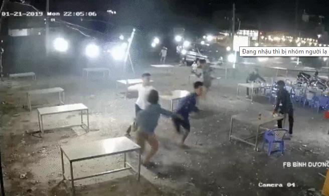 Sau va chạm giao thông, băng nhóm vác hung khí truy sát nhóm người trong quán nhậu