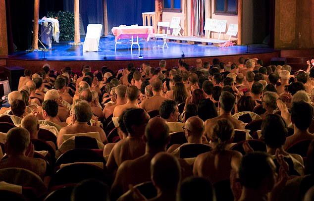 Pháp: Diễn viên và khán giả khỏa thân khi xem diễn kịch