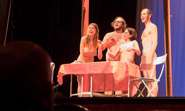 Các khán giả đều nude khi xem kịch.