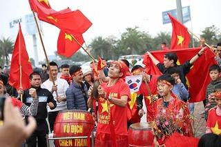 Hàng nghìn CĐV ra sân bay Nội Bài đón đội tuyển Việt Nam trở về