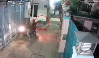Clip: Bị phát hiện, 'cẩu tặc' liều lĩnh giơ hung khí đe dọa chủ nhà