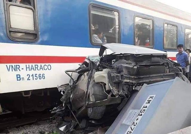 Thanh Hoá: Băng qua đường sắt, xe ô tô bị tàu hoả tông nát đầu