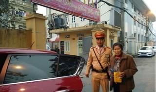 CSGT Hà Nội sử dụng xe riêng đưa cụ bà bị lạc về quê đón Tết