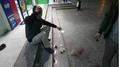 Ngồi uống nước ở sân chung cư Linh Đàm, người đàn ông bị gạch rơi trúng đầu