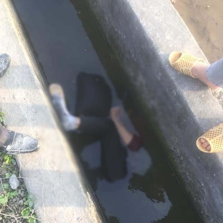 Hiện trường phát hiện thi thể người đàn ông dưới mương nước.