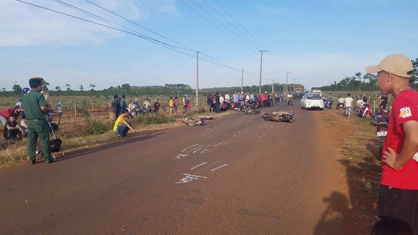 Hai tài xế xe máy va chạm ngã ra đường, bị ô tô đâm chết. Ảnh VTC News