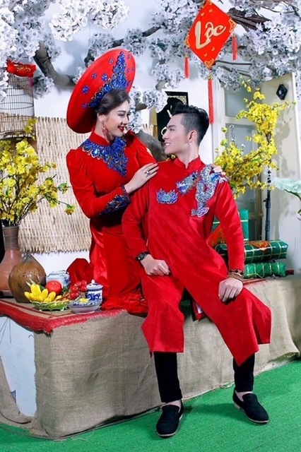 Vợ chồng Lâm Khánh Chị khoe sắc trong áo dài Xuân