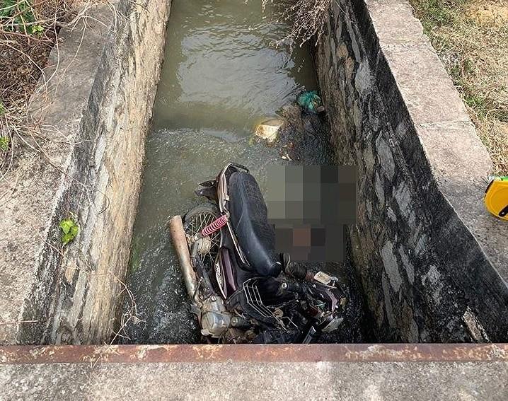 Bị xe máy đè chết dưới mương thủy lợi chỉ sâu 1,5 mét