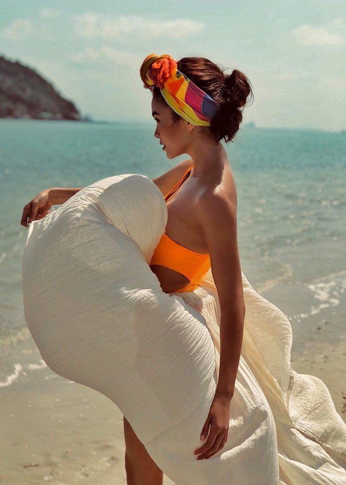 Mâu Thuỷ mặc bikini khoe thân hình đồng hồ cát rực lửa