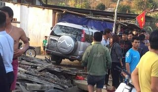 Ô tô điên ủi hàng loạt xe máy, húc đổ nhà, đâm một người phụ nữ tử vong