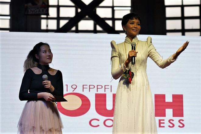 H'Hen Niê tự tin diễn thuyết trước Phó thủ tướng Philippines và 12.000 khán giả
