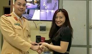 CSGT Hà Nội trả lại chiếc ví đánh rơi cho người phụ nữ ngày 28 Tết