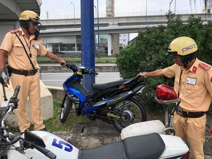 Hàng trăm 'quái xế' tụ tập đua xe ngày 29 Tết, vứt xe bỏ chạy khi gặp CSGT