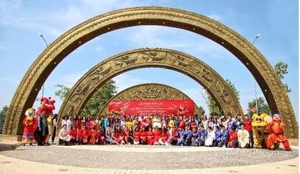 Làng Sen Việt Nam vinh dự đón nhận kỷ lục cổng chào hoạ tiết trống đồng lớn nhất Việt Nam