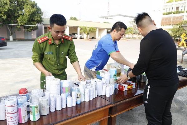Hà Tĩnh: 44 học sinh tự giác giao nộp hơn 20kg pháo, thuốc pháo