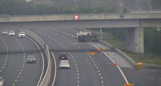 Hai ô tô va chạm trên cao tốc Hà Nội - Hải Phòng khiến 5 người bị thương