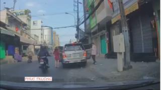 Clip: Cô gái bị giật túi xách vào ngày mùng 1 Tết khiến cư dân mạng hoang mang