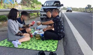 Sốc với hình ảnh cả gia đình đỗ xe, bày tiệc ngay trên đường cao tốc Nội Bài – Lào Cai